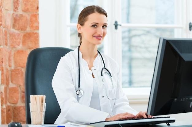 Femme médecin écrit dans un document Photo Premium
