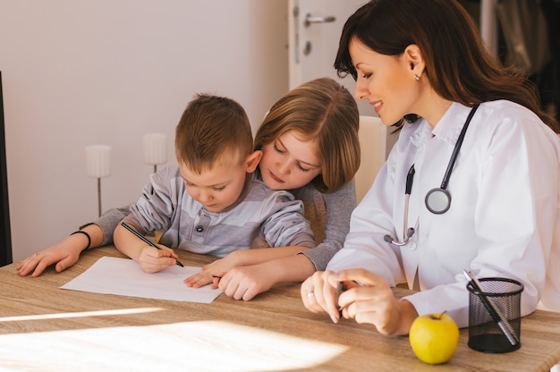 Femme médecin jouant avec de petits patients au bureau Photo Premium