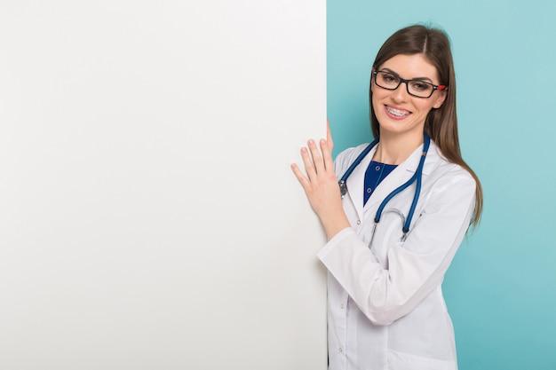 Femme médecin avec plateau vide Photo Premium