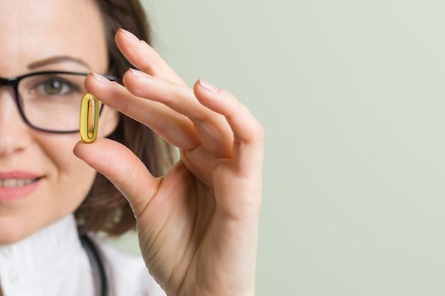 Une femme médecin prend une capsule de vitamines Photo Premium