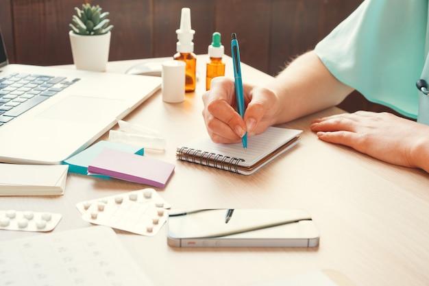 Femme médecin remplissant un formulaire médical ou une ordonnance Photo Premium