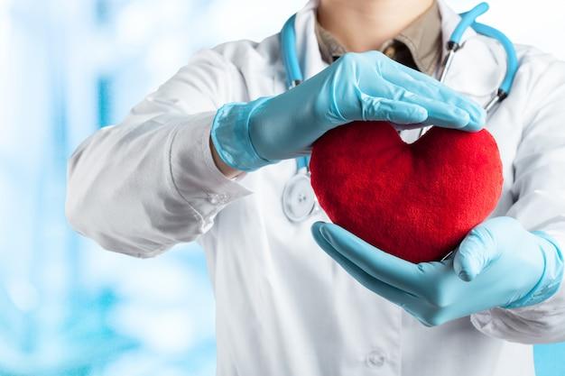Femme Médecin Avec Stéthoscope Tenant Coeur Photo Premium