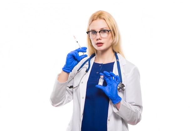 Femme médecin tient injection Photo Premium
