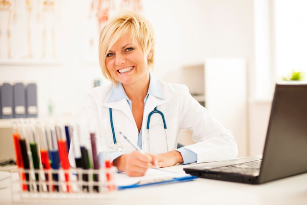 Femme Médecin Travaillant Dur Dans Son Bureau Photo gratuit