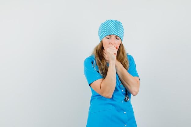 Femme Médecin En Uniforme Bleu Souffrant De Toux Et à La Maladie Photo gratuit