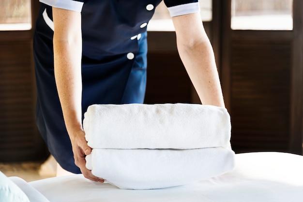 Femme de ménage nettoyant une chambre d'hôtel Photo gratuit