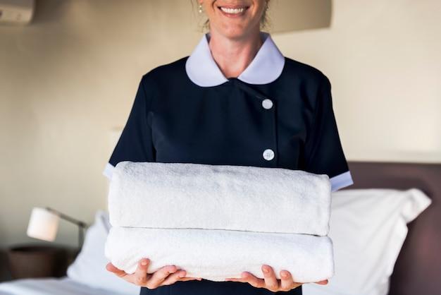 Femme de ménage nettoyant une chambre d'hôtel Photo Premium