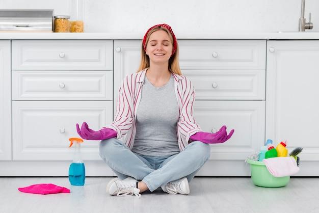 Femme De Ménage En Pause De Nettoyage Photo gratuit