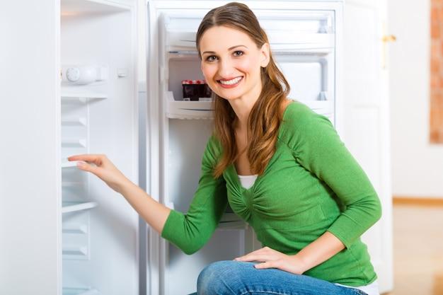 Femme De Ménage Avec Réfrigérateur Photo Premium