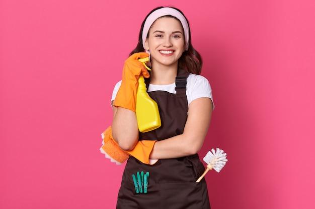Femme De Ménage Tenant Une Bouteille Avec Un Liquide Plus Propre Dans Les Mains Photo gratuit