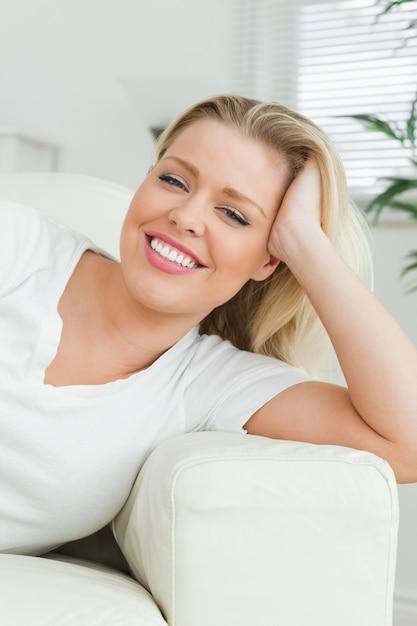 Femme, mensonge, sofa, main, cheveux Photo Premium
