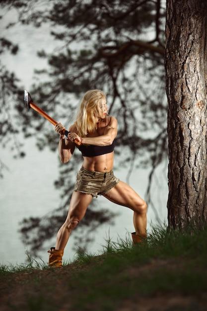 Femme en mesure de couper un arbre Photo gratuit
