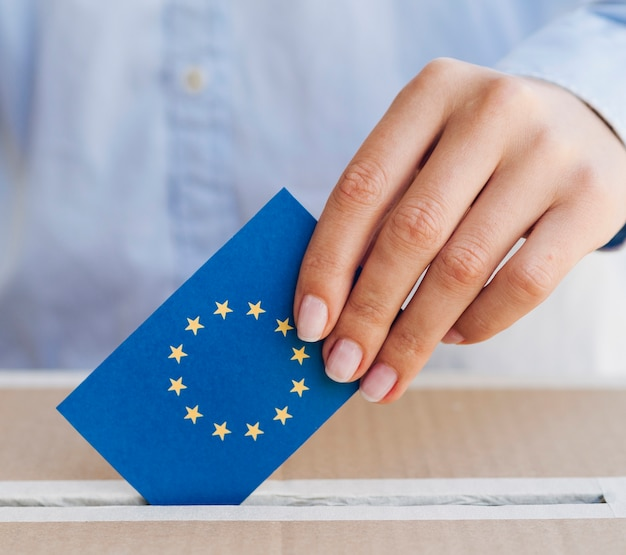 Femme, mettre, européen, bulletin, boîte, gros plan Photo gratuit