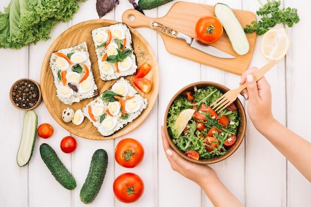 Femme, mettre, fourchette, salade Photo gratuit