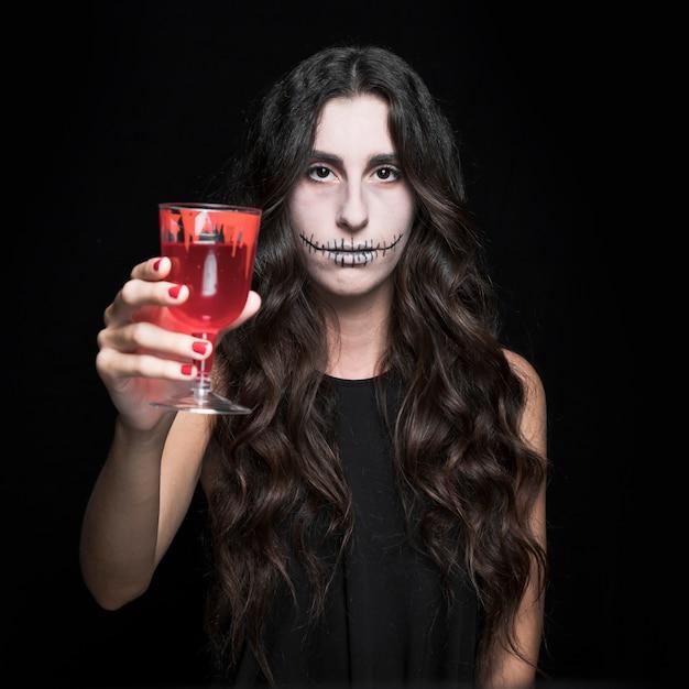 Femme, mettre, verre, à, liquide rouge Photo gratuit