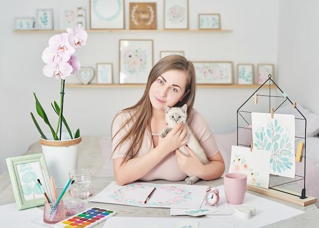 Femme Et Mignon Chaton Concept D'amitié Et D'amour Photo Premium