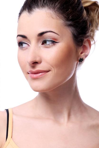 Femme mignonne et romantique montre son look charmant Photo gratuit