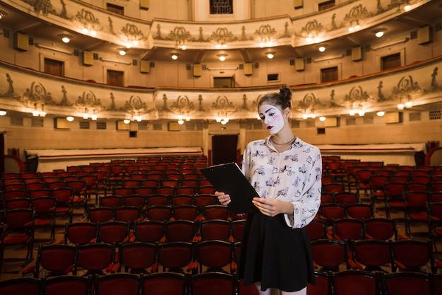 Femme Mime Debout Dans La Lecture De L'auditorium Script Photo gratuit