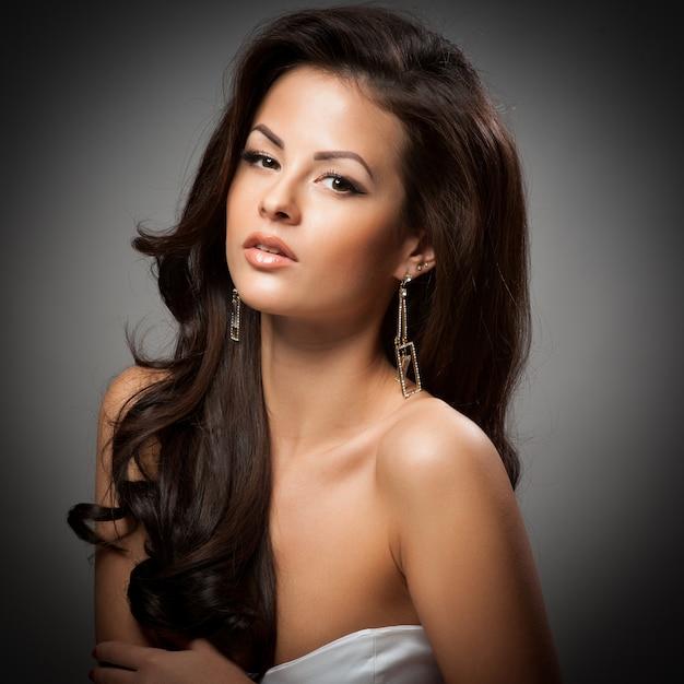 Femme à la mode élégante avec des bijoux en argent Photo Premium