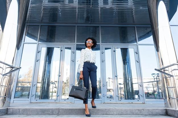 Femme à la mode faible angle avec sac à main Photo gratuit