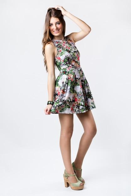 Femme de mode portant une jolie robe de printemps Photo gratuit