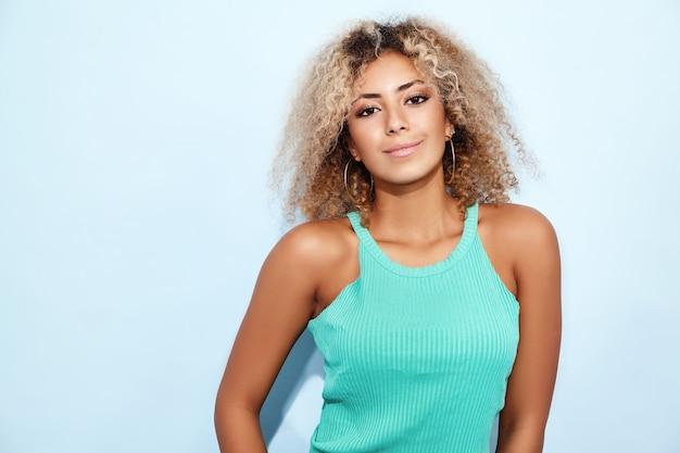 Femme Modèle Souriante En Jeans à La Mode Posant Photo gratuit