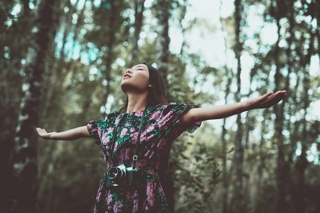 Une Femme Moderne Debout Dans Les Bras Avec Bonheur Dans La Forêt. Photo gratuit