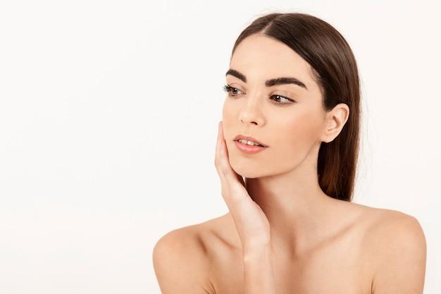 Femme moderne posant avec maquillage Photo gratuit
