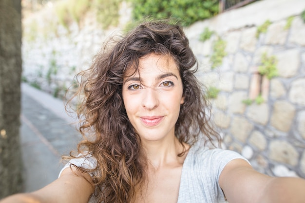 Femme moderne prenant un selfie Photo gratuit