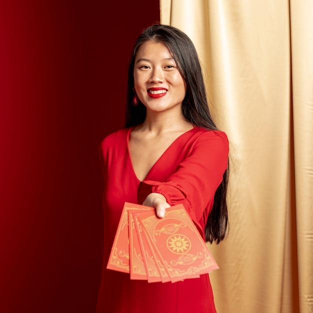 Femme Montrant Des Cartes Pour Le Nouvel An Chinois Photo gratuit