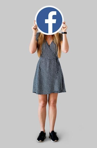 Femme montrant une icône facebook Photo Premium