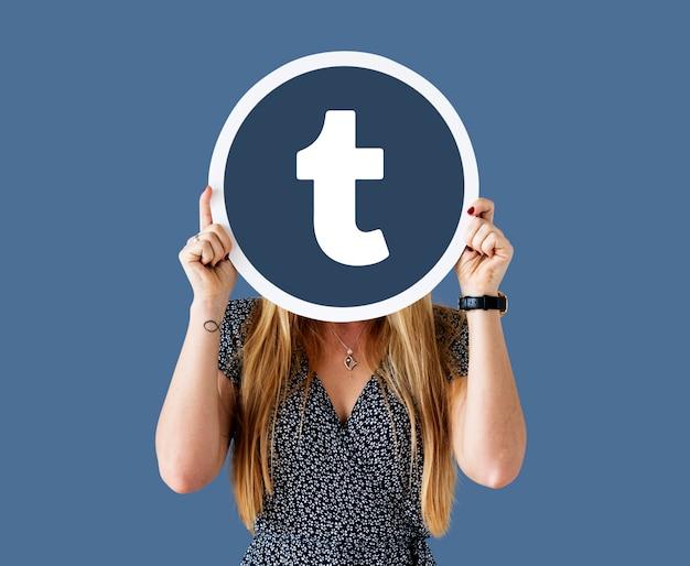 Femme montrant une icône tumblr Photo gratuit