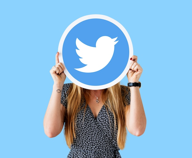 Femme montrant une icône twitter Photo gratuit