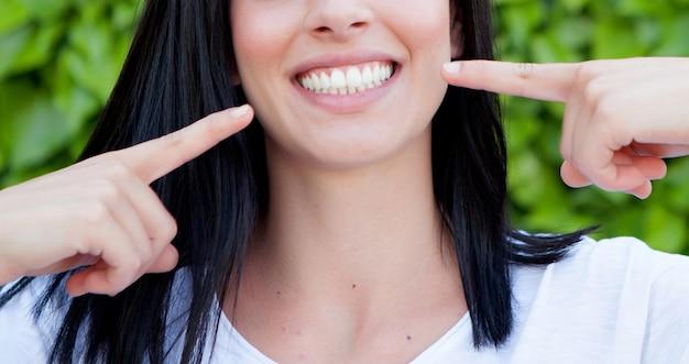 Femme montrant ses dents parfaites Photo Premium
