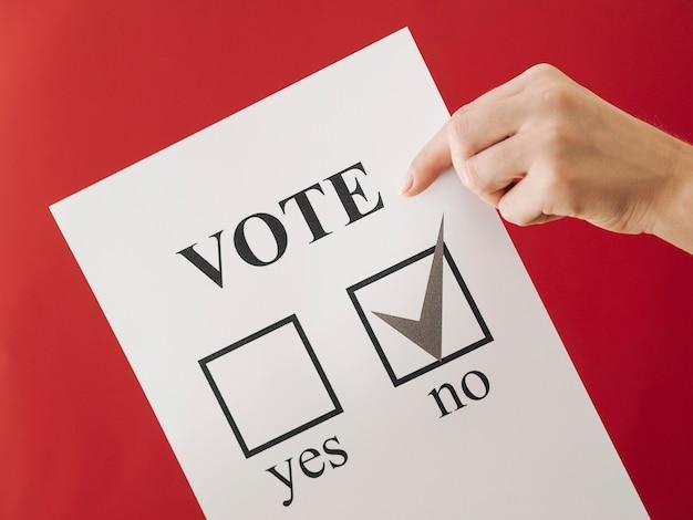 Femme montrant son choix au référendum Photo gratuit