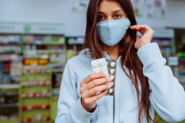 Femme Montre Des Pilules, Des Vitamines Ou Des Pilules Dans Sa Main. Covid19. Photo gratuit
