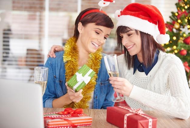 Une Femme Montre Son Cadeau De Noël à Un Ami Photo gratuit
