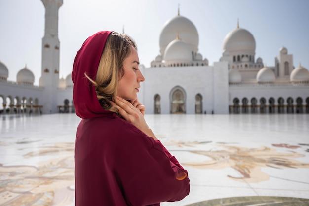 Femme à la mosquée d'abou dhabi Photo Premium