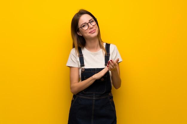 Femme, mur jaune, applaudir, après, présentation, dans, a, conférence Photo Premium