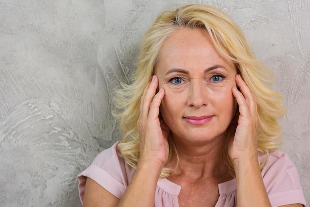 Femme mûre ayant un petit mal de tête Photo gratuit