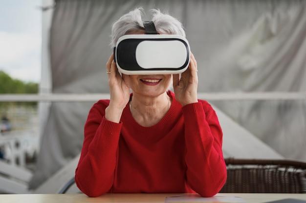 Femme mûre vue de face essayer un vr Photo gratuit