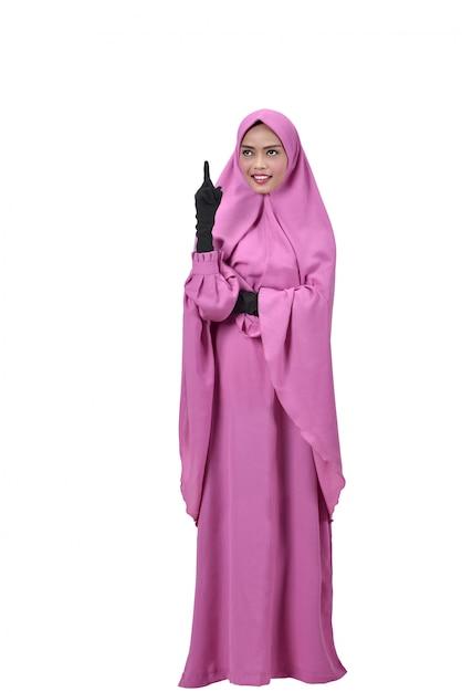 Femme musulmane asiatique joyeuse pense Photo Premium