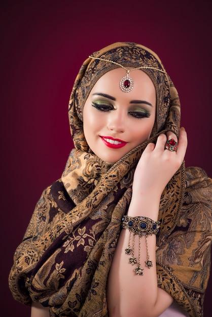 Femme musulmane avec de beaux bijoux Photo Premium