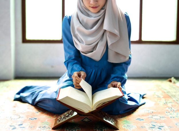 Femme musulmane lisant du coran Photo Premium