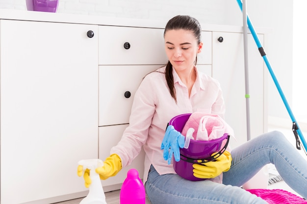 Femme nettoyant sa maison Photo gratuit