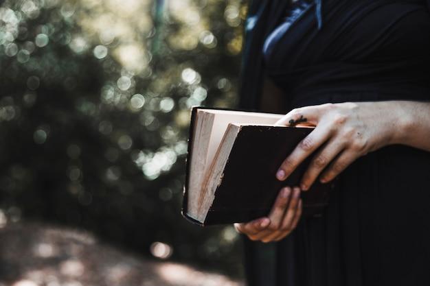 Femme, noir, tenue, livre, bois Photo gratuit