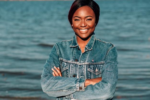 Femme noire avec bras croisés Photo gratuit