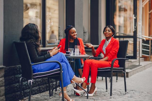 Femme noire dans une ville Photo gratuit