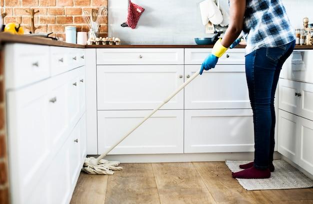 Femme noire faisant des tâches ménagères Photo gratuit