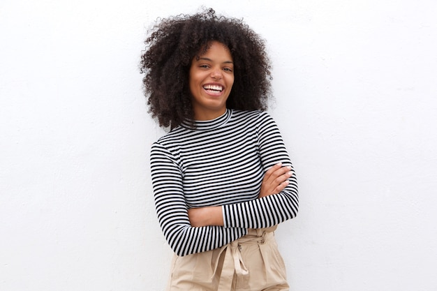 Femme Noire Souriante En Chemise Rayée Avec Les Bras Croisés Photo Premium